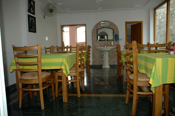 Dining area and restaurant lake inn photos uttarakhand for Dining area pictures